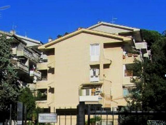 Appartamento in Vendita a Roma via Ischia di Castro Cassia Tomba di Nerone