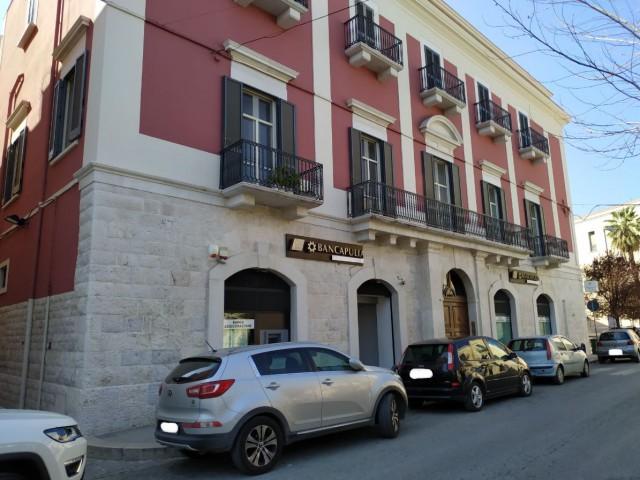 Locale Commerciale in Affitto a Corato Piazza Vittorio Emanuele, Centrale