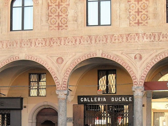 Negozio in Affitto a Vigevano Piazza Ducale 6, Centro Storico